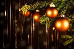 与金黄光的圣诞节球 库存图片