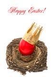 与金黄冠装饰的红色复活节彩蛋 免版税库存照片