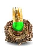 与金黄冠装饰的绿色复活节彩蛋 库存照片