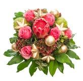 与金黄圣诞节装饰的新鲜的桃红色玫瑰 免版税库存图片