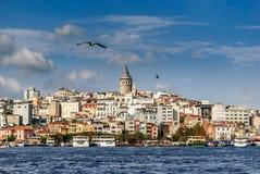 与金黄垫铁的伊斯坦布尔地平线和加拉塔从Eminönà ¼耸立在伊斯坦布尔,土耳其 库存图片