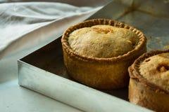 与金黄外壳的新近地被烘烤的自创大馅饼在铝烘烤盘子,关闭 库存图片