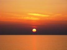 与金黄天空的太平洋日落 免版税图库摄影