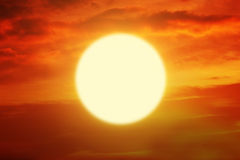 与金黄太阳和橙色天空的美好的日落 免版税库存照片