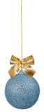 与金黄弓的蓝色圣诞节球 库存图片
