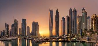 与金黄日落的迪拜小游艇船坞全景地平线视图 免版税图库摄影
