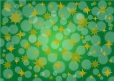 与金黄星和雪的绿色背景 免版税库存照片