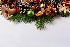 与金黄杉木锥体和手工制造秸杆o的圣诞节装饰 库存照片