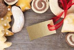 与金黄标签的圣诞节曲奇饼 免版税库存照片