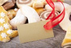 与金黄标签的曲奇饼 免版税库存照片