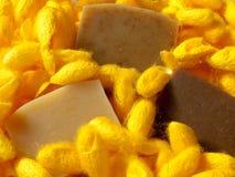 与金黄桑蚕茧的冷的处理手工制造肥皂周围 库存图片