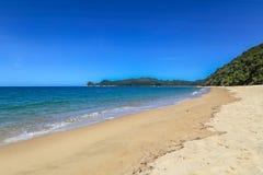 与金黄沙滩,蓝色海洋,阿贝尔・塔斯曼的夏天风景 免版税库存照片