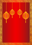 与金黄灯笼的中国式红色背景 免版税库存照片