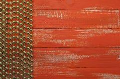 与金黄球诗歌选的橙色木背景  免版税库存照片