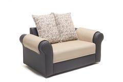 与金黄盖子和坐垫的黑皮革沙发集合在它有白色背景 免版税库存照片