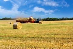 与金黄秸杆大包的农村风景 免版税库存图片