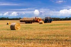 与金黄秸杆大包的农村风景 库存图片