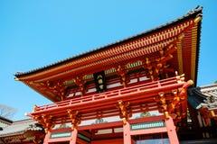 与金黄红色屋顶的传统寺庙Hachiman寺庙反对蓝天在东京,日本 免版税库存图片