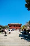 与金黄红色屋顶的传统寺庙Hachiman寺庙反对蓝天在东京,日本 免版税库存照片