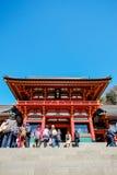 与金黄红色屋顶的传统寺庙Hachiman寺庙反对蓝天在东京,日本 库存图片