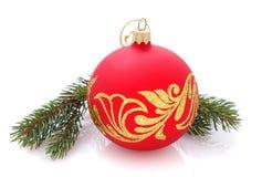 与金黄装饰品的圣诞节球在白色 库存图片