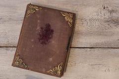 与金黄装饰品的老减速火箭的书套 免版税库存图片