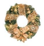 与金黄装饰的圣诞节花圈在白色背景 免版税库存图片