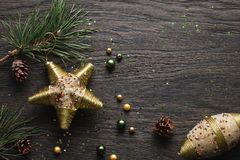 与金黄装饰的黑暗的圣诞节背景 免版税库存照片