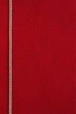 与金黄链子的红色背景 库存图片
