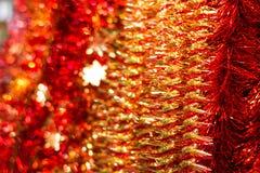 与金黄雪花的红色圣诞节闪亮金属片 库存图片