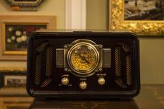 与金黄零件的老古色古香的收音机 免版税库存照片