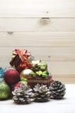 与金黄,红色,绿色装饰品和雪的圣诞节边界在木背景 库存图片