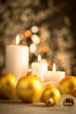 与金黄boubles和蜡烛的圣诞节背景 免版税库存图片