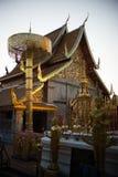 与金黄chedi的金黄菩萨雕象在Wat Phra那土井素贴清迈泰国 库存图片