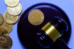 与金bitcoin惊堂木和复制品的法律或拍卖概念  Bitcoin cryptocurrency互联网企业技术题材 免版税图库摄影