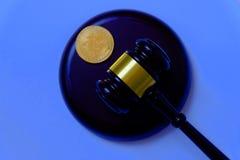 与金bitcoin惊堂木和复制品的法律或拍卖概念  Bitcoin cryptocurrency互联网企业技术题材 免版税库存图片