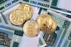 与金bitcoins的白俄罗斯语的100卢布钞票 免版税图库摄影