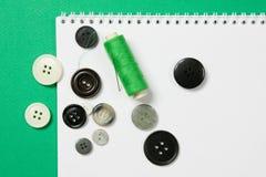 与针和按钮的线程数 免版税库存照片