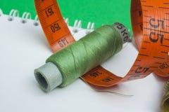 与针和按钮的线程数 免版税库存图片