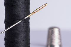 与针和顶针的螺纹 免版税库存照片
