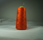 与针的图象储蓄橙色螺纹 免版税图库摄影