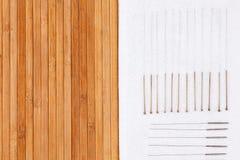 与针的表针灸的 传统针灸医学的银色针在桌上 免版税库存照片