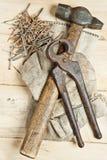 与钉子的葡萄酒锤子在木背景 图库摄影