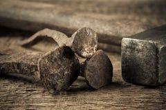 与钉子的葡萄酒锤子在木背景 免版税图库摄影