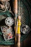 与钓鱼竿和诱剂的老钓具 库存图片