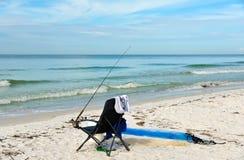 与钓鱼竿的海滩睡椅 图库摄影