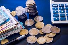 与钞票、笔和计算器的欧洲硬币 库存图片