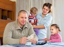 与钞票的愉快的家庭 库存照片