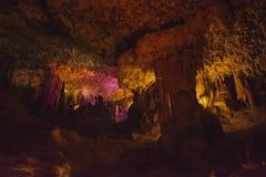 与钟乳石和石笋的洞内部 库存照片