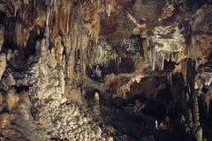 与钟乳石和石笋的石灰岩地区常见的地形洞在Luray洞穴 Luray,弗吉尼亚 免版税库存照片